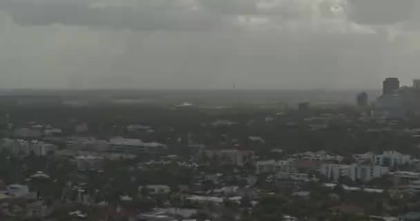Fort Lauderdale Florida Aerial v16 zleva doprava v městském prostředí Fort Lauderdale během ponurého dne - DJI Inspire 2, X7, 6k - březen 2020