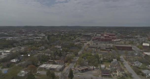 Columbus Georgia Aerial v9 pan levý záběr okolí nízkého stoupání během dne - DJI Inspire 2, X7, 6k - Březen 2020
