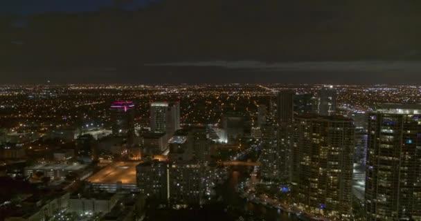 Fort Lauderdale Florida Aerial v8 zleva doprava přes centrum a předměstí v noci - DJI Inspire 2, X7, 6k - březen 2020
