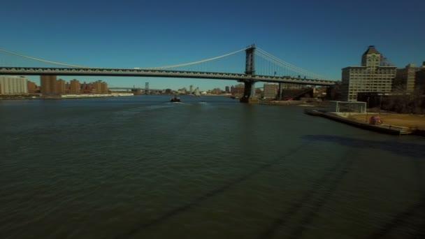Letí nízko nad East River pod mostem