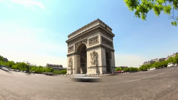 Městský provoz v Arc de lEtoile v Paříži