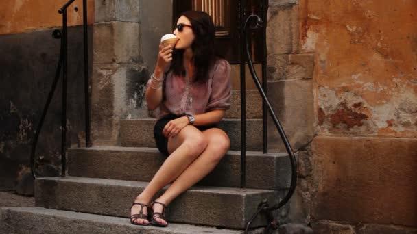 Mladá žena jíst zmrzlinu