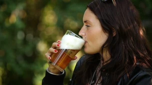 sört iszik a kertben
