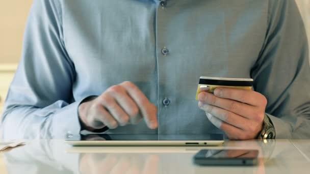 Kreditkarte und Tablet für Online-Einkäufe nutzen