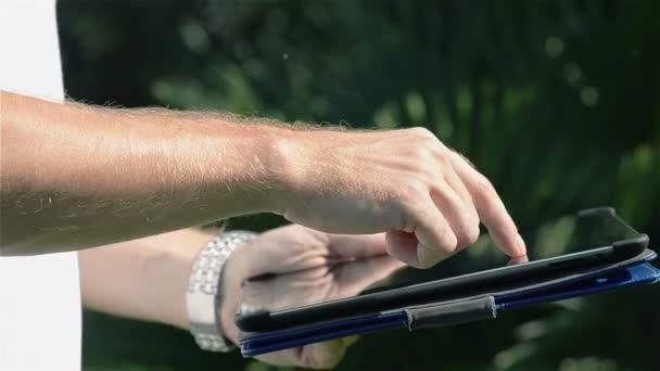 Abstraktní zavřít hubu pomocí iPadu v parku