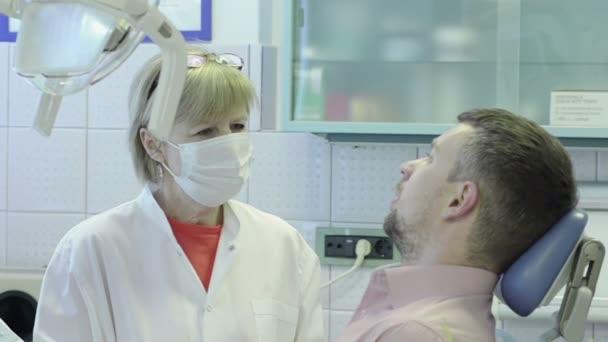 Detailní záběr pacient si stěžuje na zánět okostice