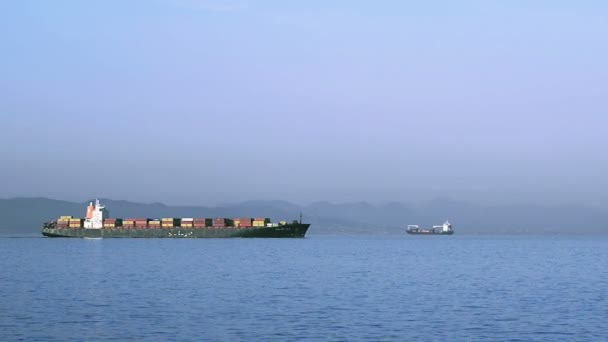Loď s kontejnery plachtění na moři