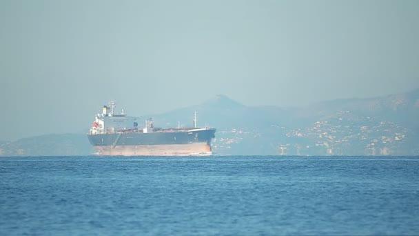 Pohled na velkých ropných tankerů se plaví na moři