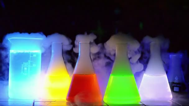 Nahaufnahme chemischer Experimente im Dunkeln