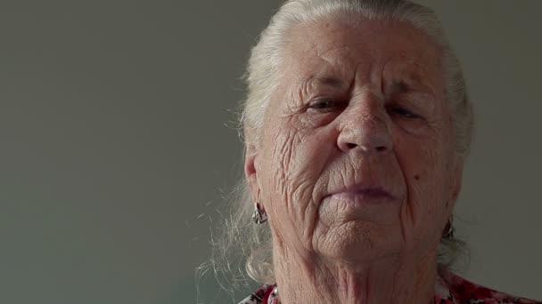 Vértes nagyanyja néz a kamerába