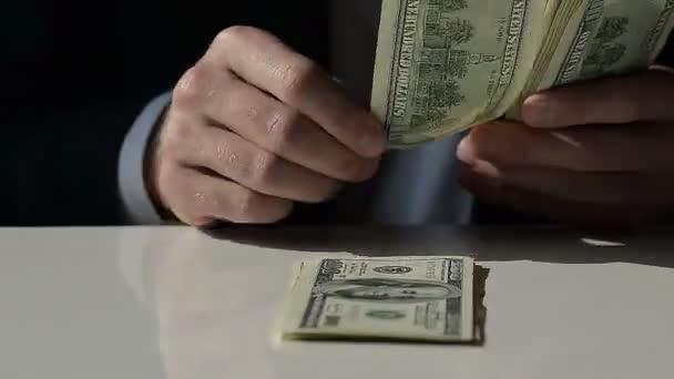 Podnikatel se rychle rozloží sto dolarové bankovky