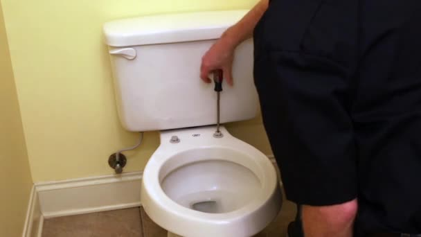 Klempner repariert Toilette