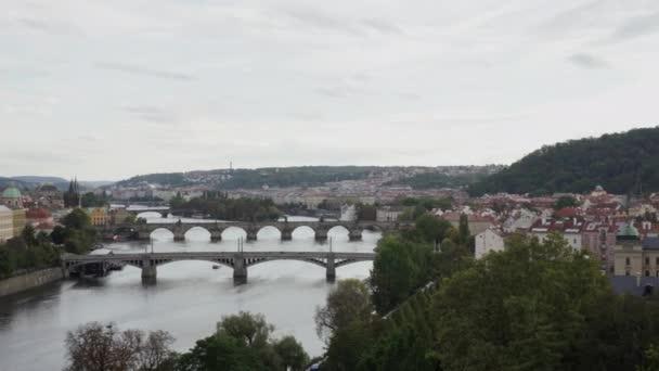 pořízen v pohybu a panorama Prahy a pohled na vltavu a mosty na ní přes oblačný den.