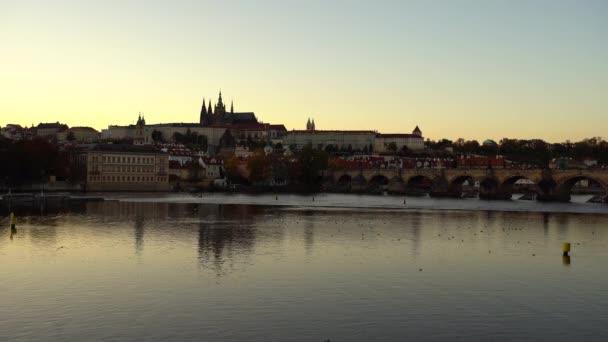 pohled na Vltavu a Pražský hrad Katedrála sv. Víta a Karlův most v centru Prahy při západu slunce. jsou odrazy na povrchu řeky a obloha je ozářena sluncem