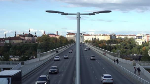 Beton Nuselsky most und Straßenbeleuchtung darauf und ein Auto fährt über die Brücke im Zentrum der Stadt Prag in der Tschechischen Republik 24. Oktober 2020