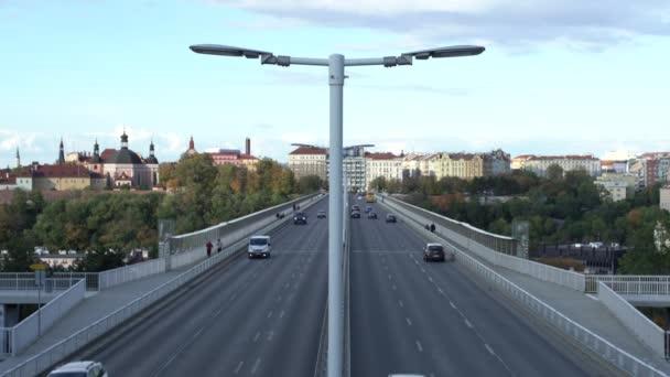betonové Nuselsky most a pouliční osvětlení a auto projíždí po mostě v centru Prahy v České republice 24. října 2020