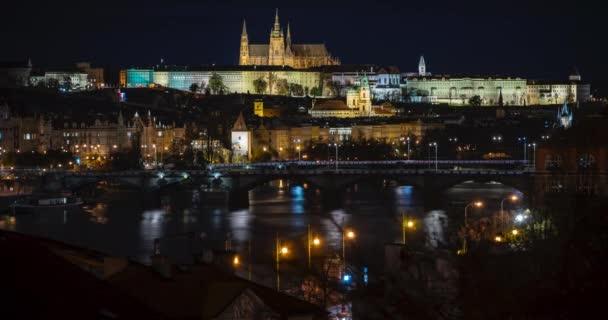 časová prodleva pohled na Pražský hrad a svatý vítá vltava říční a pouliční světla a pohybující se světla z dopravního prostředí