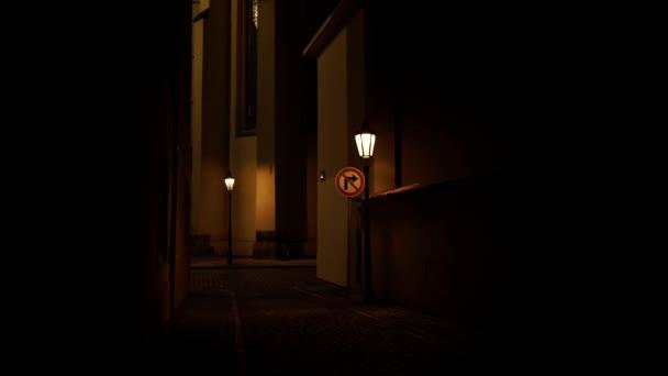 Licht von Straßenlaternen in der Altstadt und der Kirche St. Hatal in der Prager Altstadt aus dem 14. Jahrhundert in der Nacht und Licht von Straßenlaternen im Herbst