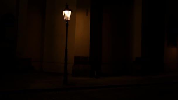 světlo z pouličních lamp ve starém městě a kostel sv. Hatala na Starém Městě v Praze ze 14. století v noci a světlo z pouličního osvětlení na podzim