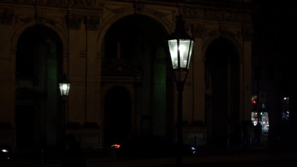 stará památka a socha Karla 4 z roku 1830 a pražská architektura v centru Prahy v noci