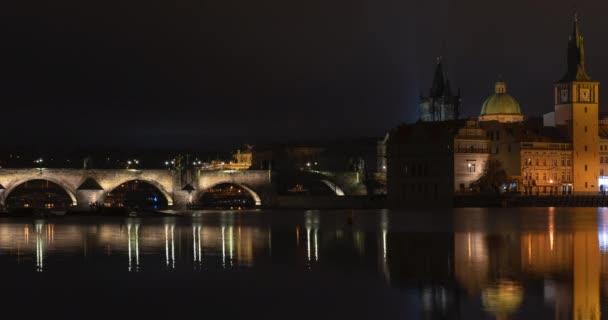 časová prodleva pohled na Karlův most a tekoucí Vltavu v noci v centru Prahy v České republice
