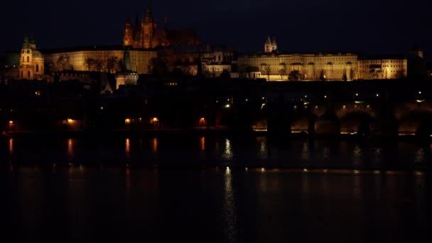 Pražská architektura z 19. století v centru Prahy při nočním a pouličním osvětlení