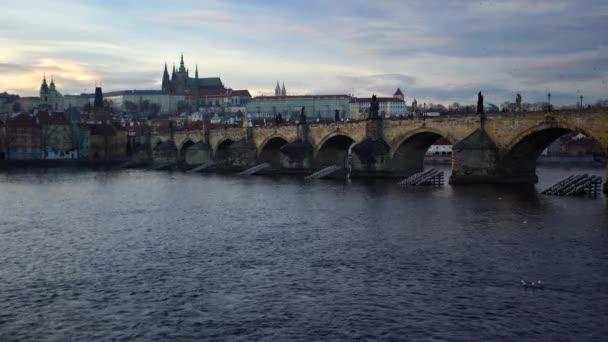 pohled na Pražský hrad a tekoucí vltavu v centru Prahy