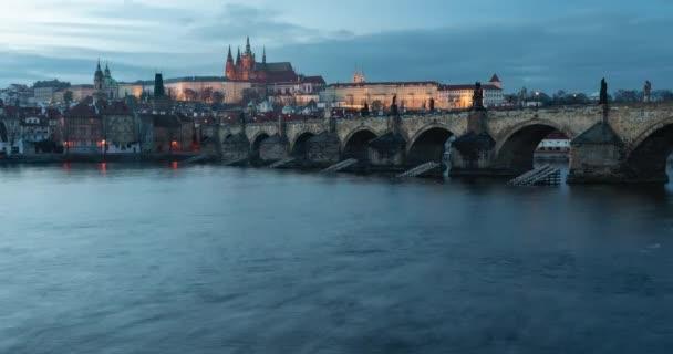statický timelapse Pražského hradu a Karlova mostu tekoucího vltavou v centru pražské a pražské dopravy v podvečer