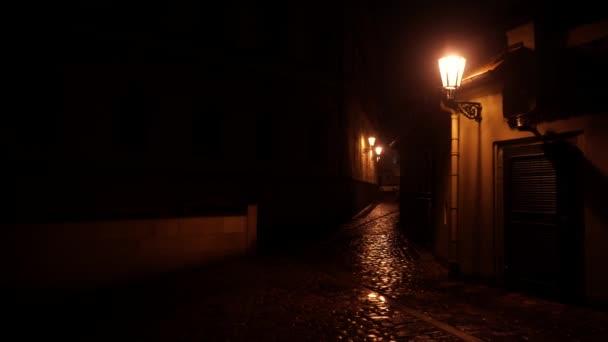 statische Straßenbeleuchtung und ein gepflasterter Bürgersteig für Fußgänger in der Nacht in Prag