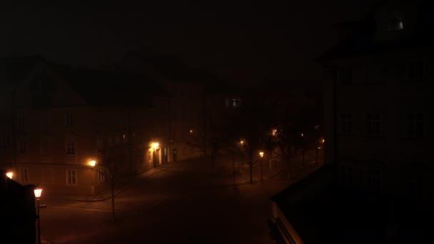 pouliční osvětlení v parku v noci v centru Prahy
