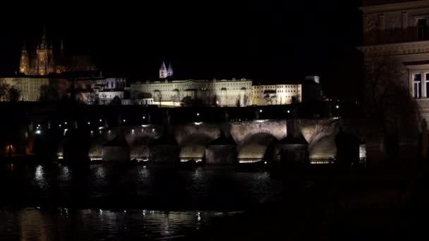 přiblížení na Karlově mostě v noci na řece Vltavě