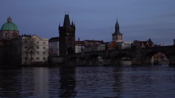 stabilizovaný pohled na Karlův most na Vltavě v centru Prahy v podvečer při západu slunce