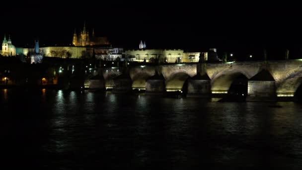 Pražský hrad a katedrála sv. Víta a Karlův most na řece Vltavě v centru Prahy v noci
