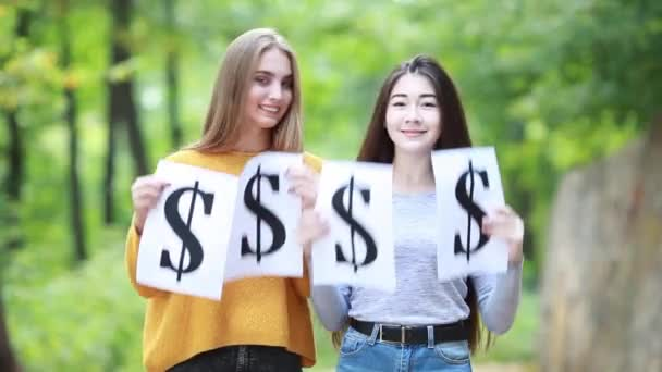 Krásné holky drží symbol dolaru