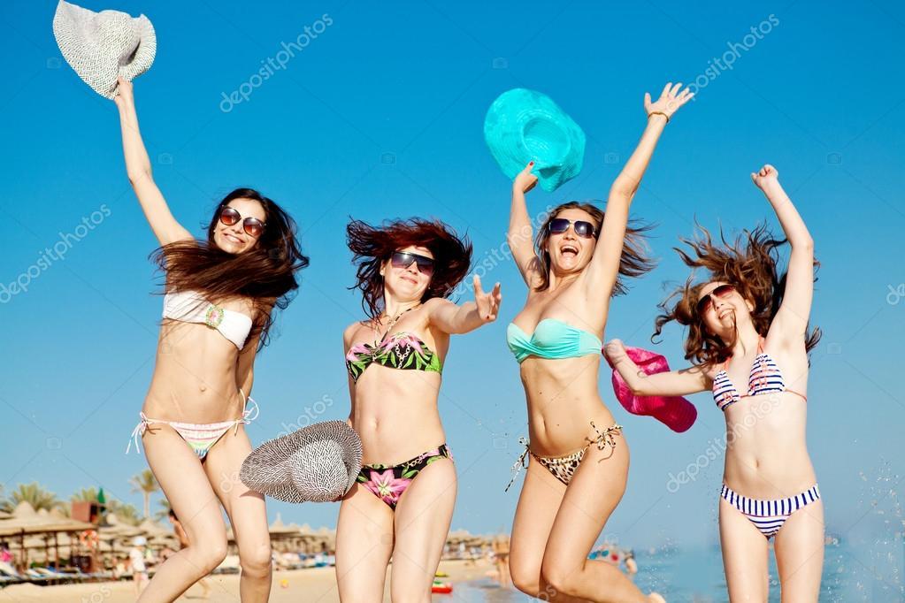 Фото группа девушек на пляже фото 383-85