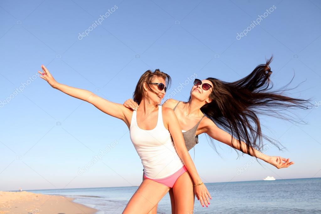 Веселье девушек на пляже фото фото 402-886