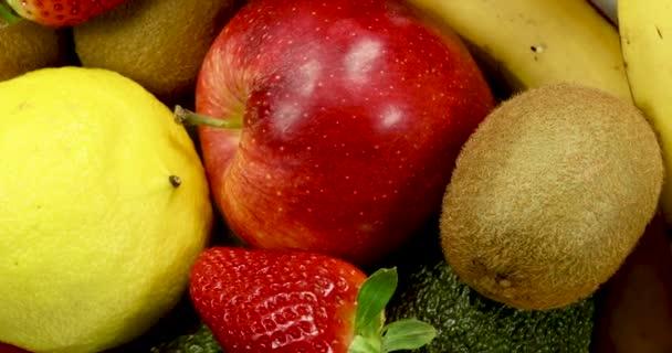 Friss vegyes gyümölcsök forgó, közelről 4k.