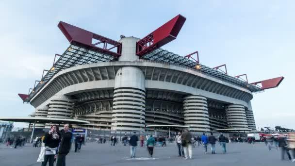 Idő elteltével a Giuseppe Meazza stadionba utazók egy felhős estén, San Siro kerületben, Milánóban, Olaszországban, 4k.