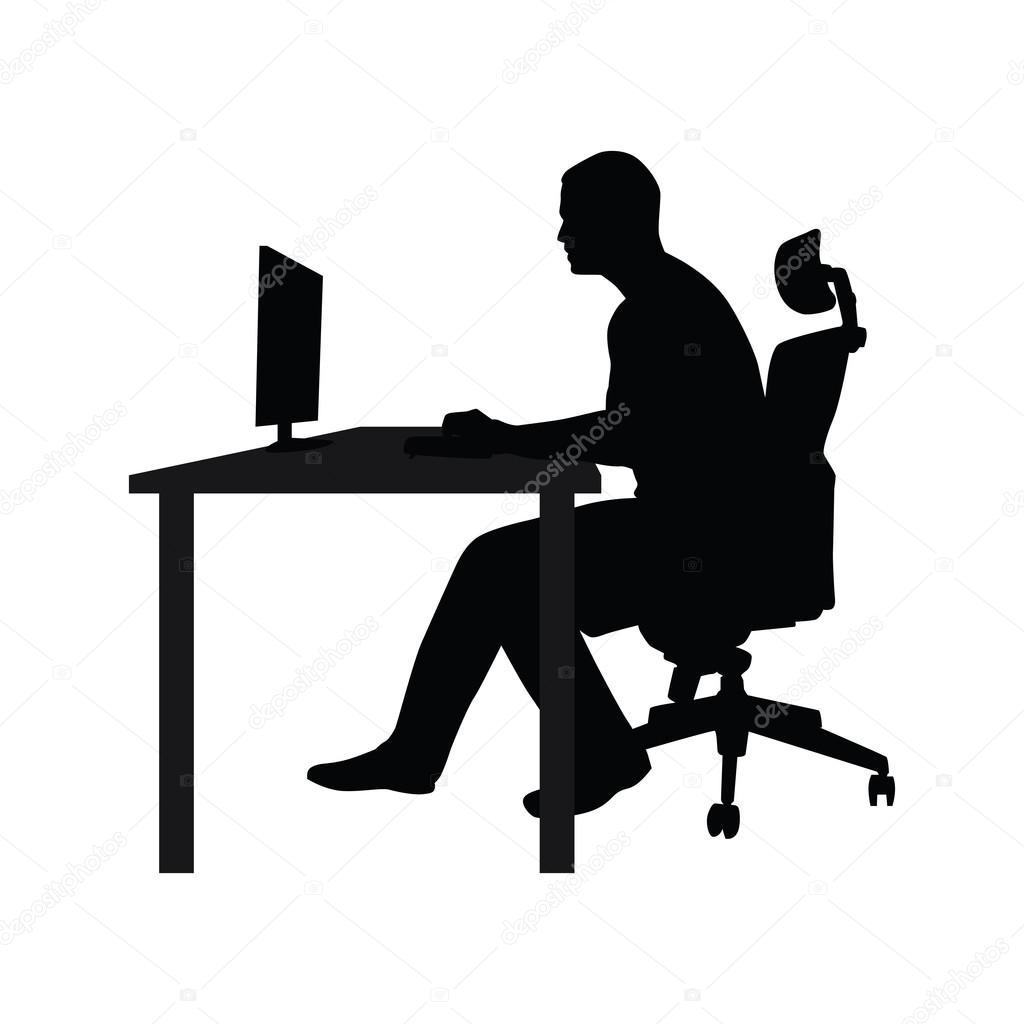 Homem sentado na cadeira do escritório à mesa e ...