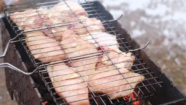 Egy szaftos szelet csirke kebab főtt a tűz.Főzés hús a grill.