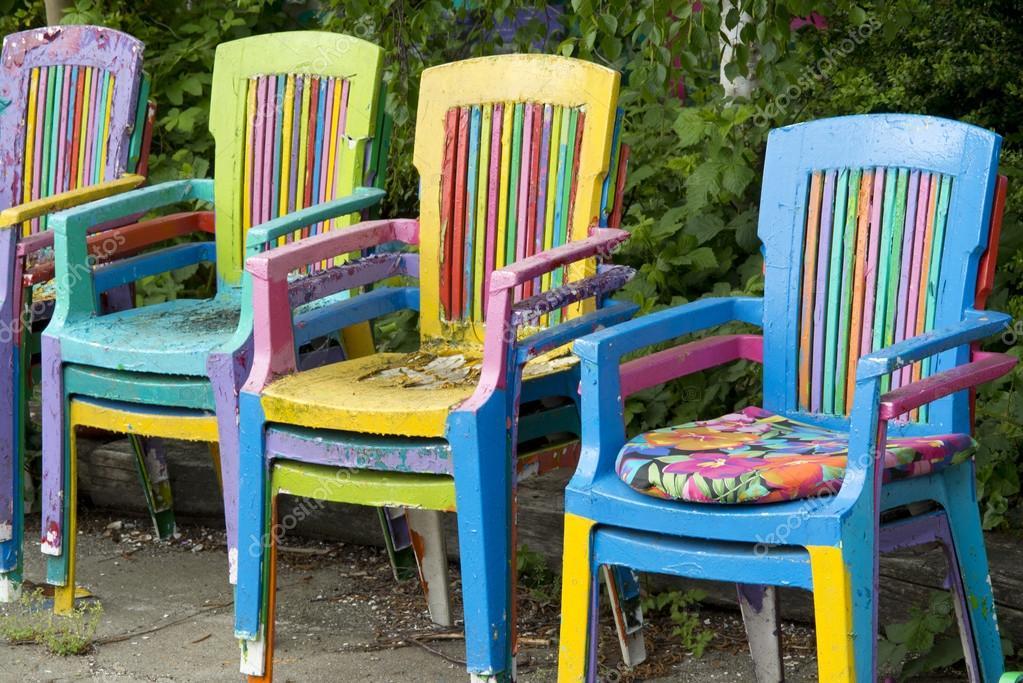 Bemalte Stühle bunt bemalte stühle im freien stockfoto anjokanfotografie 111908196