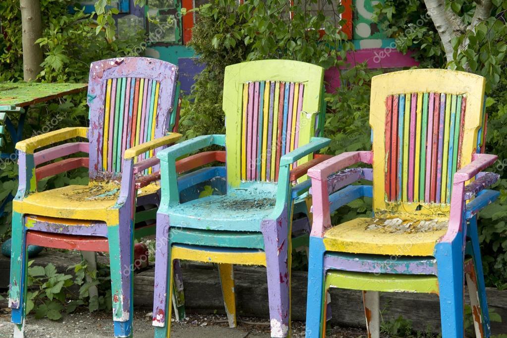 Bemalte Stühle bunt bemalte stühle im freien stockfoto anjokanfotografie 111908742