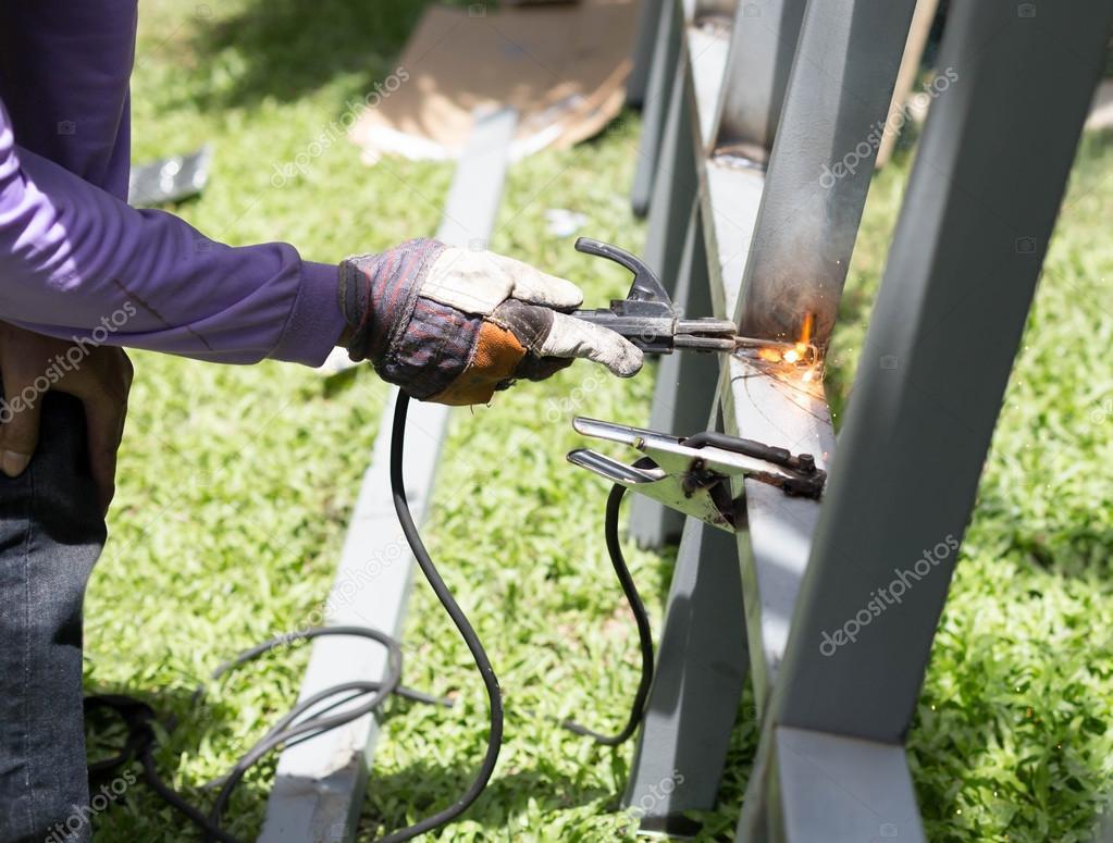 Trabajador una barra de hierro de acero de soldadura para un nuevo ...