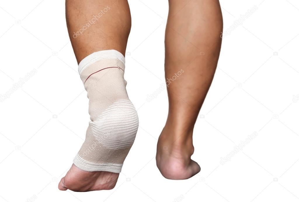 Verletzten Knöchel und Fuß isoliert Binde umwickelt — Stockfoto ...