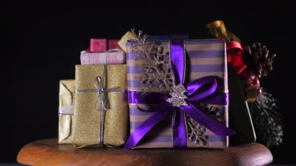 Állítsa karácsonyi ajándékok forog a fekete háttér.