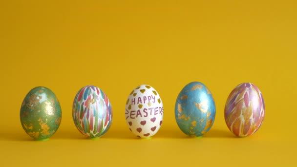 Neobvyklé sady velikonočních vajíček na žlutém pozadí. Svátek svatých Velikonoc.