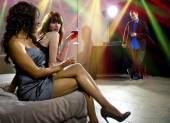 Fotografie Frauen verführen Mann in Bar
