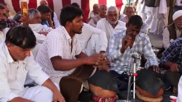 Leden 2021 Dillí, indiánský hudebník vystupuje během protestu na hranici Singhu.Protestují proti novému zemědělskému zákonu indické vlády s přidaným hlukem a obilím.