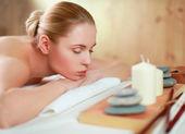 Fotografie krásná mladá žena dostává masáže, ležící na salonu