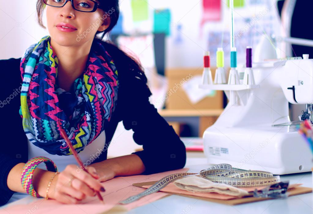 Schneiderin entwerfen Kleider Muster auf Papier — Stockfoto ...